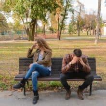 Un homme et une femme en train de se rompre