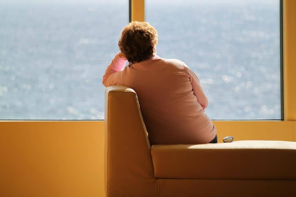Une femme solitaire et déprimée