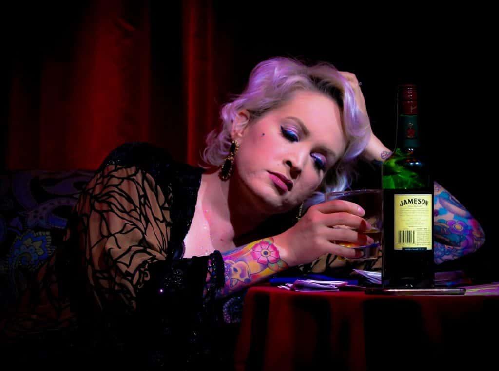 Une femme sombrant dans l'alcool