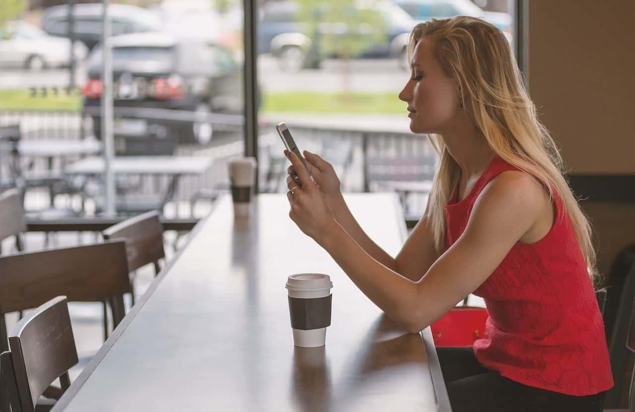 Une femme tenant son téléphone