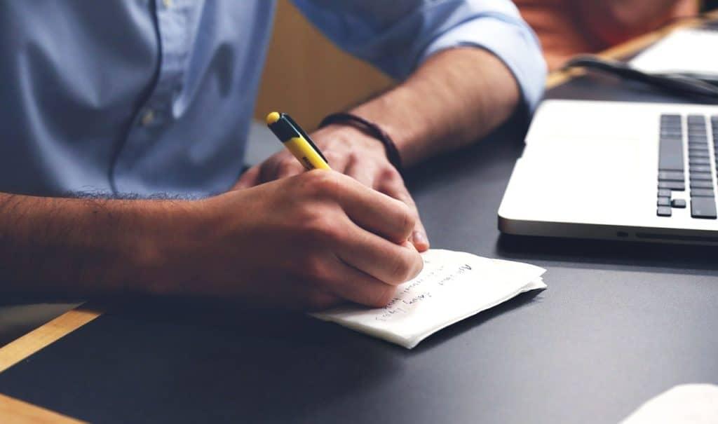 Unhomme en train d'écrire